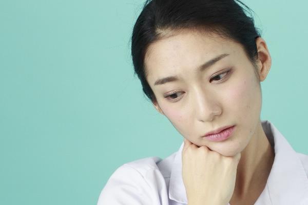 顎ニキビの悩みを抱えている女性