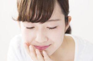 顎ニキビをケアする女性