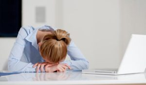 日常生活でストレスを溜める女性