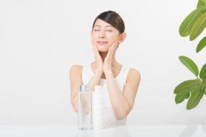 顎を保湿する女性