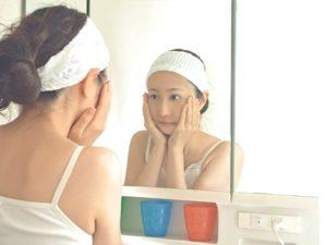 お風呂上りに顎をケアする女性