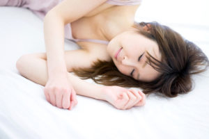 睡眠時間を十分に取る女性