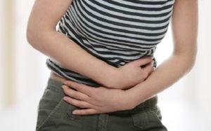 胃腸に関する問題を抱える女性