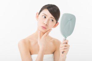 顎ニキビを気にする女性