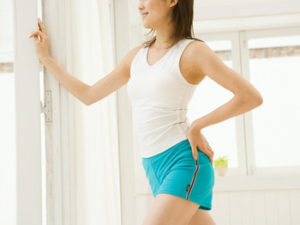 運動をする女性