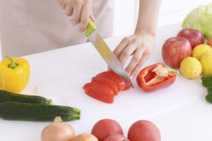 野菜を料理する様子