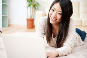 化粧品を専門にした口コミサイトを見る女性