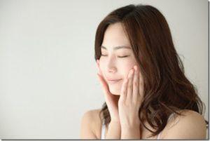 顎をしっかりと洗い保湿をする女性